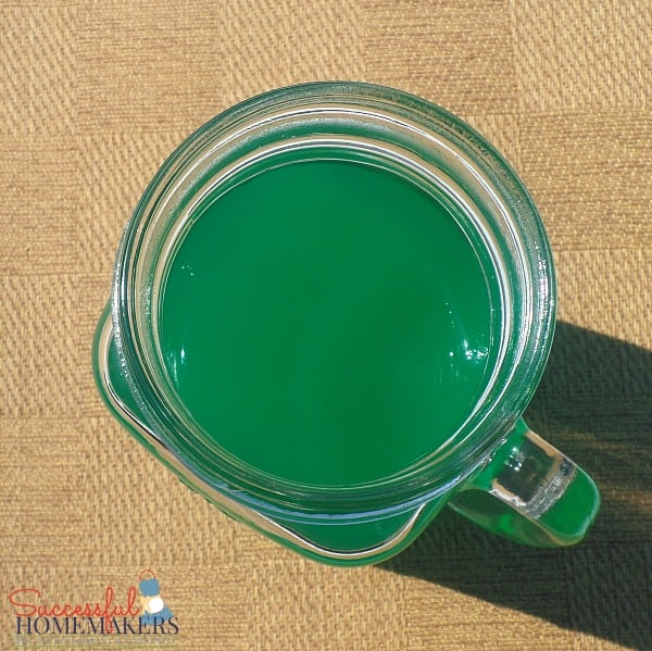 St Patrick's Day party fun! ~ Successful Homemakers Add green food coloring to homemade lemonade!
